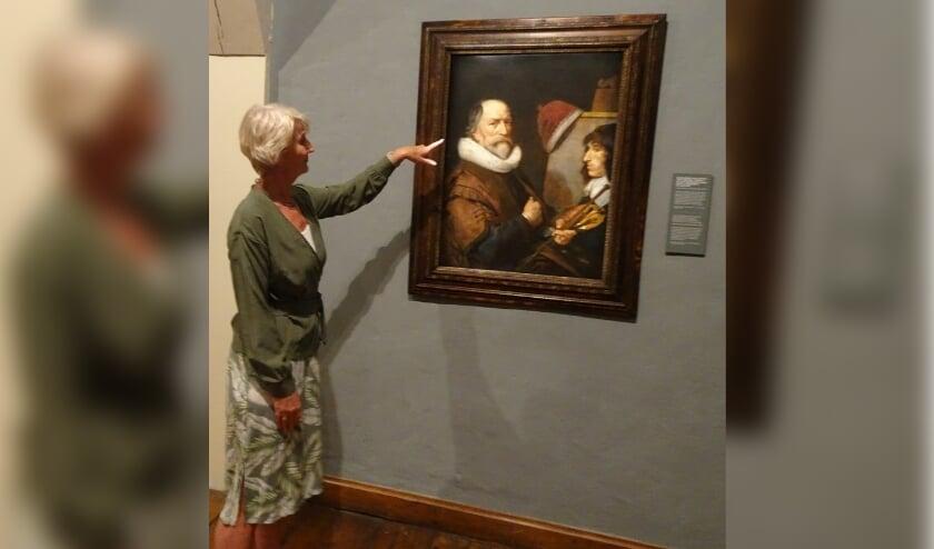 <p>Conservator Anita Jansen geeft uitleg bij een bijzonder werk van Michiel van Mierevelt (foto: Jeroen Stolk).</p>