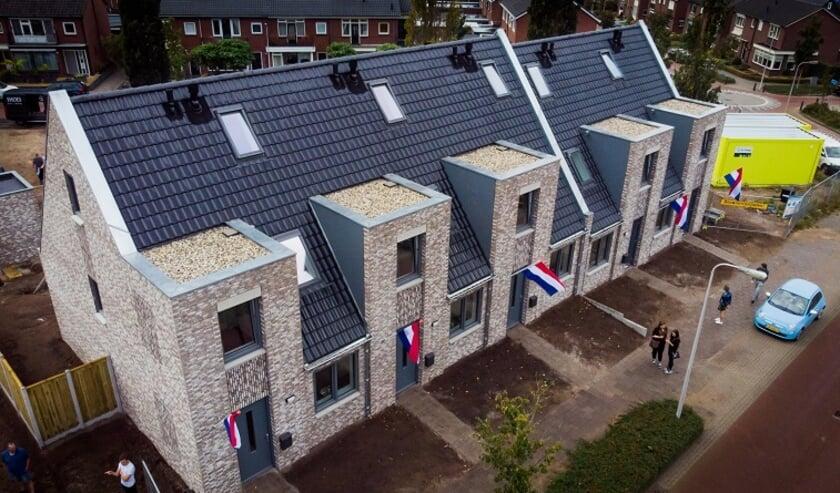 <p>De woningen op de plek van de voormalige Willem Alexanderschool zijn allemaal nul-op-de-meter woningen. Dat betekent dat de woning evenveel energie opwekt als gebruikt.</p>