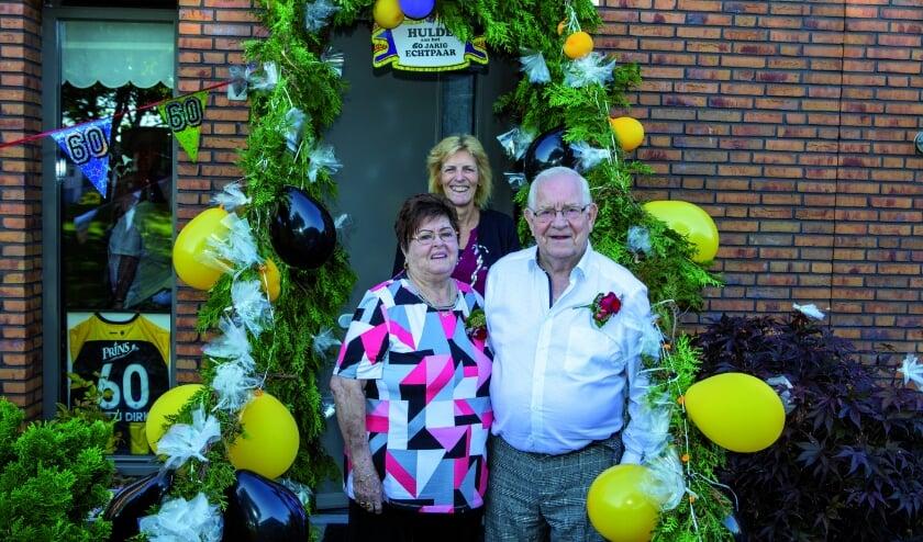 Loco-burgemeester Ineke Knuiman op felicitatiebezoek bij Dirk en Mitzi Leenders in Duiven. (Foto: René Nijhuis Fotografie)