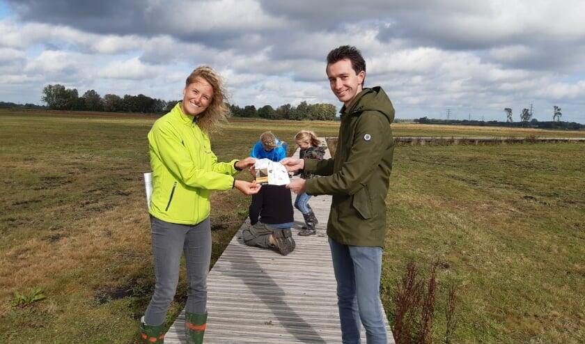<p>Wethouder Van der Schans ontvangt eerste zoekkaart Binnenveld uit handen van Jannah Boerakker.</p>