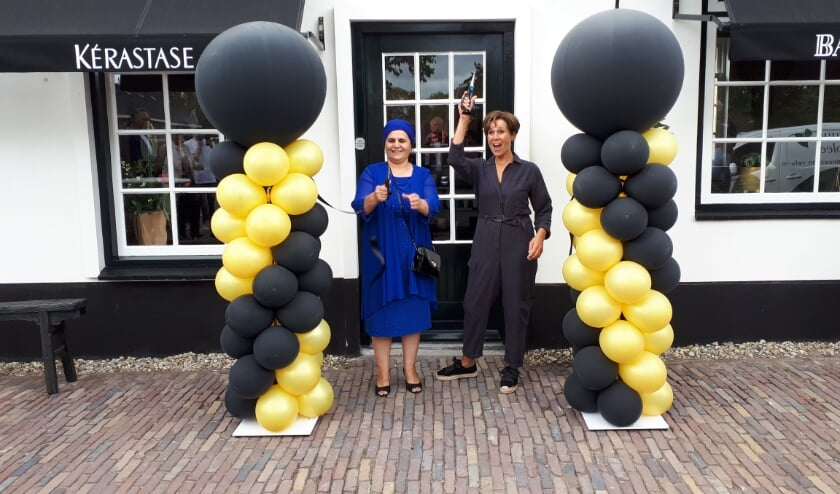 <p>Schoonmoeder (links) en moeder van Femke knippen het lint door, &#39;Haar van Rhoon&#39;is geopend!. Foto: Joop van der Hor</p>