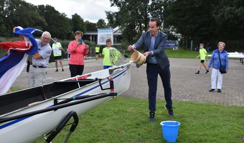 <p>Wethouder Arjen Maathuis doopt de nieuwe boot Zilverreiger.</p>