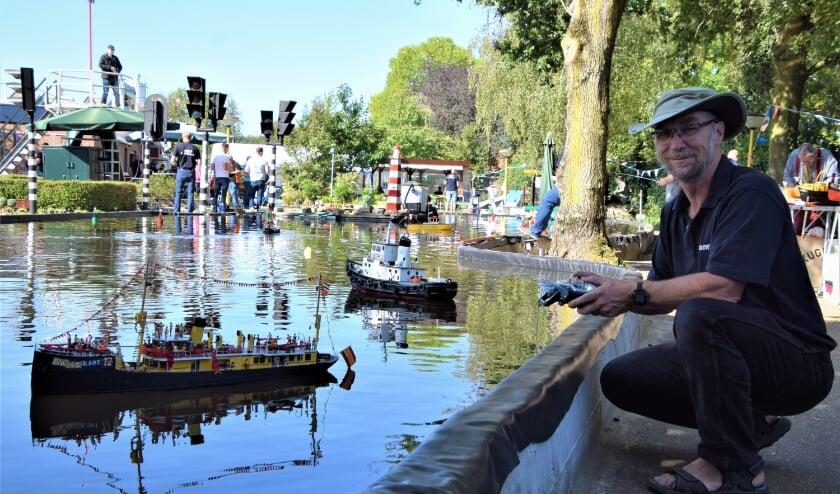Hannes Mulder, van modelbouwvereniging de Nijverheid, met zijn Pakjesboot 12 op de nieuwe locatie aan de Groenhofstraat. (Foto Timo Oving)