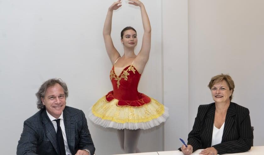 Ondertekening van het sponsorcontract door Frans Aartsen en Bernice Zwijnenburg en balletlerares Iris Koelewijn.