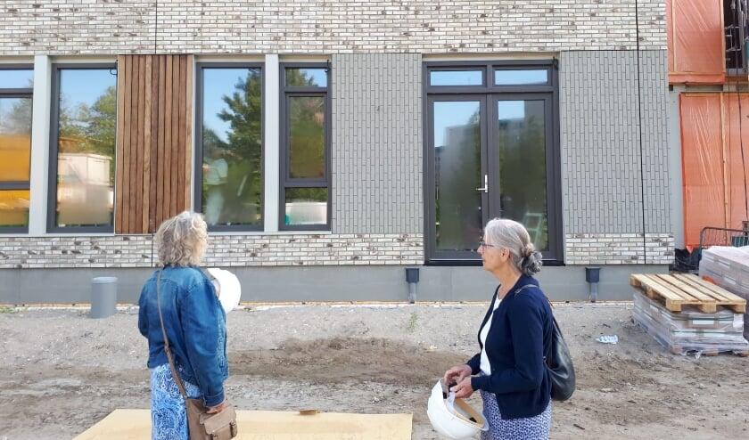<p>Leden van de cliëntenraad nemen ook een kijkje op de bouwplaats</p>