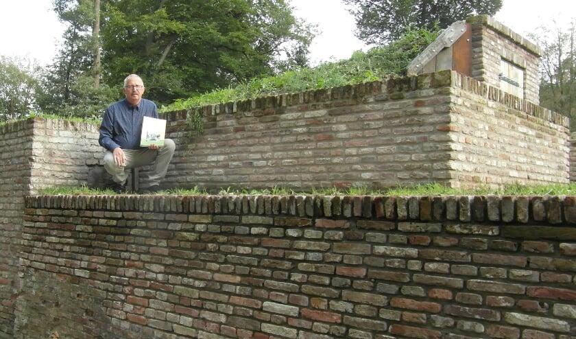 <p>Jan Lohuis nam speciaal voor de foto zijn boek mee naar de ruïne van landgoed de Eversberg, waaraan hij dierbare herinneringen uit zijn jeugd bewaard.</p>