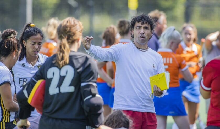 Lennard Poillot, coach van Dames-1 van Victoria, vindt plezier in hockey en beter worden ook belangrijk. (Foto: Koen Suyk)