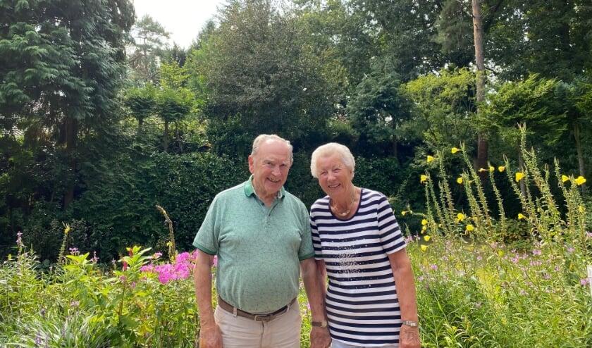 <p>Echtpaar Riek en Jan van Winkel wonen nog steeds met veel plezier in hun huis met grote tuin.</p>
