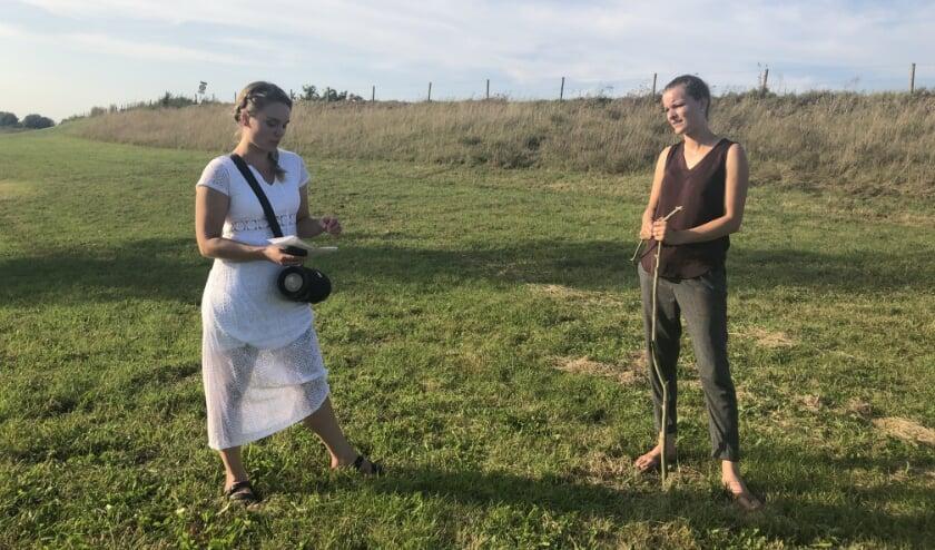 <p>Regisseur Kirsten Robben (rechts) en zangeres Marinke Bäck-Hamers oefenen in de uiterwaarden.</p>