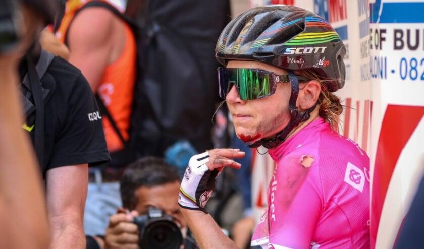 Annemiek van Vleuten kwam in de slotfase van de zevende etappe, in de Giro Rosa, hard ten val. De schade is vermoedelijk een gebroken linker pols.