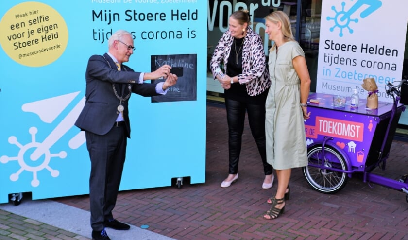 Met het maken van een selfie werd de tentoonstelling 'Helden tijdens corona in Zoetermeer' officieel geopend.