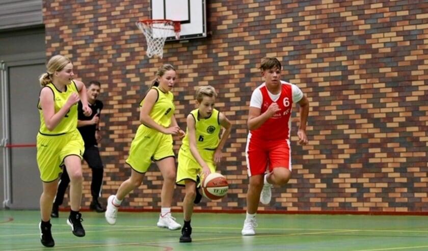 Jeugd in actie tijdens een wedstrijd. Veel jeugd speelt in een mixteam, zodat er toch volledige teams gevormd kunnen worden.