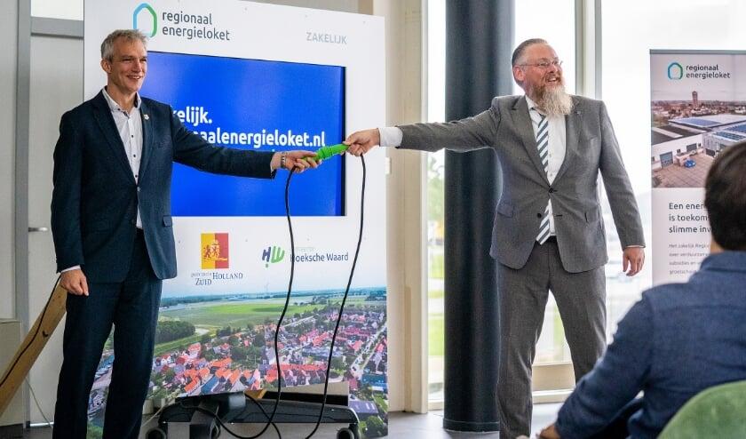 <p>Wethouder Huibert Steen (Duurzaamheid) rechts en gedeputeerde Berend Potjer zetten de website live.&nbsp;</p>