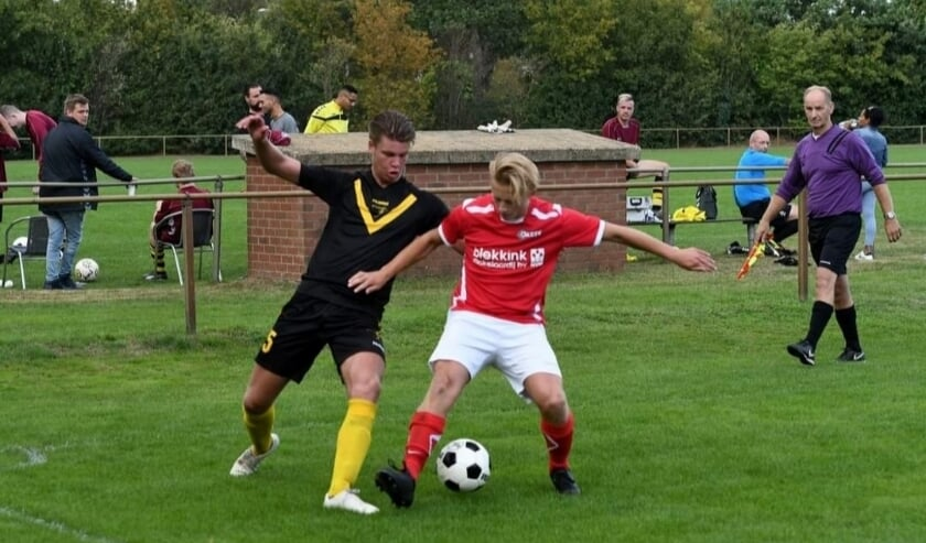 Terborg-aanvaller Stijn Alkema (links) probeert langs zijn tegenstander te glippen. (foto: Gerrit van Dijken/Terborg)