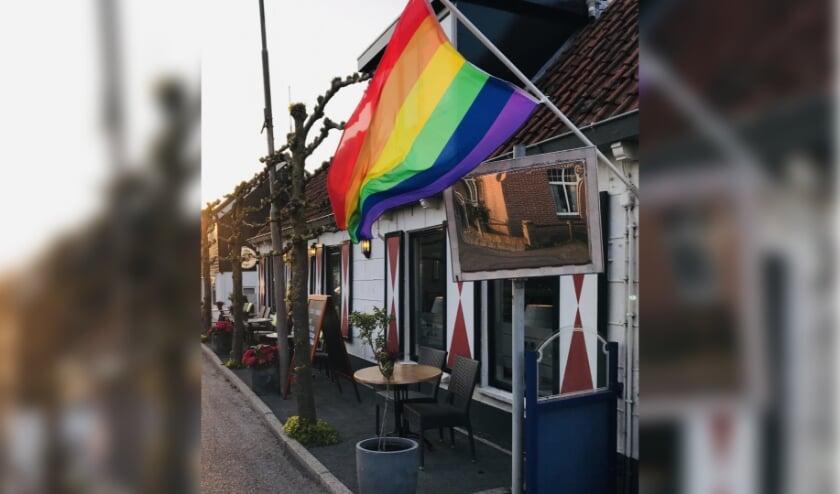 Wapperende regenboogvlag op Zuidzijde