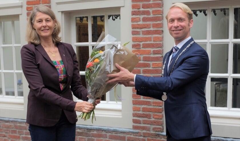 Burgemeester Gerdo van Grootheest overhandigd de stadsspeld en de bloemen.