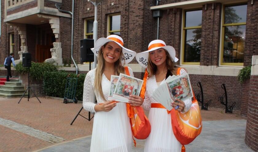 <p>Fleurige dames deelden flyers uit over Het raadHuis, de nieuwe maatschappelijke en culturele hotspot van Boskoop. FOTO: Morvenna Goudkade</p>
