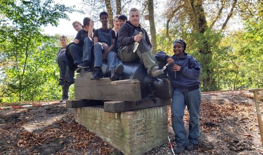 De jonge crew van De Brug doet op de Bommelse Stadswallen arbeidsvaardigheden op die van pas komen tijdens hun stage.