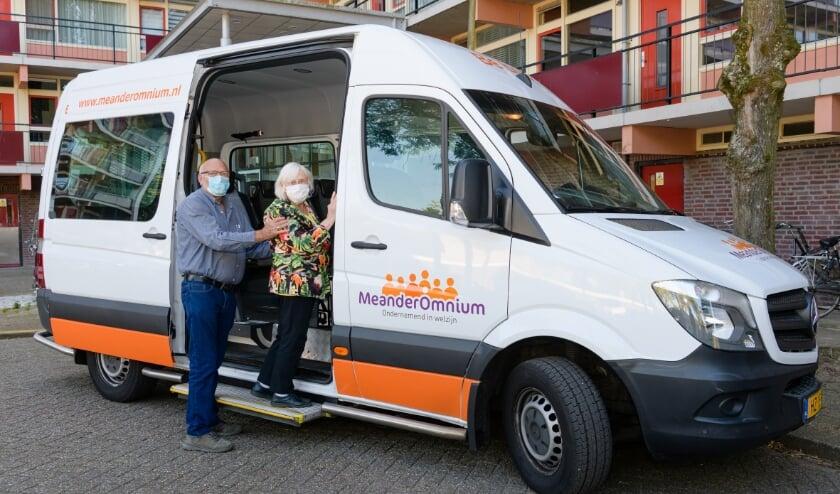 Meander Omnium Zeist Belbus, een vrijwilliger helpt een klant.