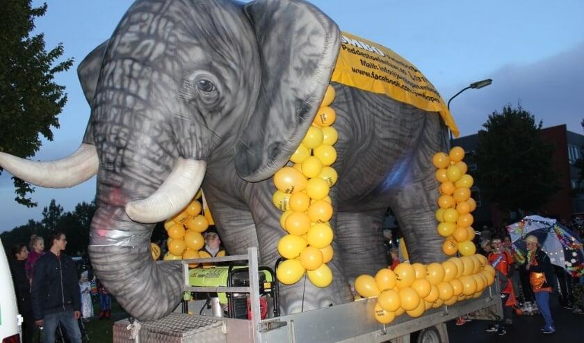 In de wijk Petenbos deelt olifant Jumbo maandag kaneelbeschuitjes uit.