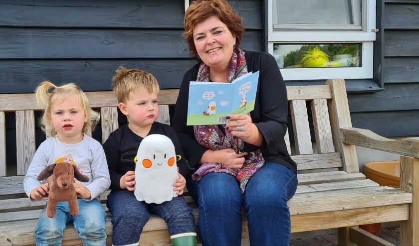 Els Leest voor uit eigen werk 'Spookie' op haar kinderdagverblijf Knorretje.