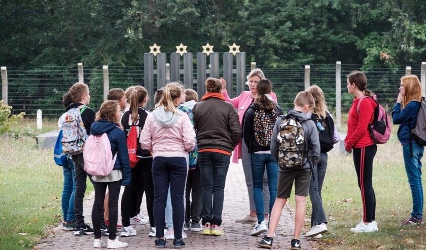 <p>Scholieren van Het Kompas tijdens de eerste rondleiding van het schooljaar in Nationaal Monument Kamp Vught. Foto: Jan van de Ven</p>