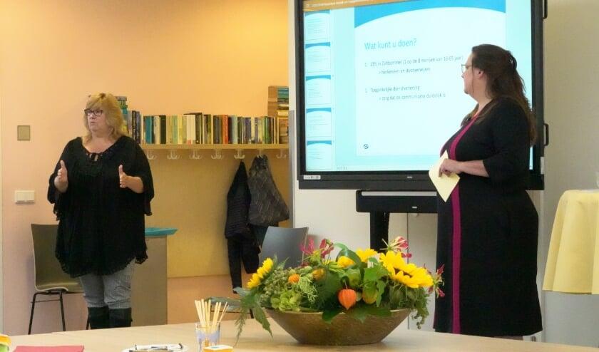 <p>Links Jose Brunselaar. In 2017 startte ze zelf via een taalhuis om te leren lezen en schrijven, nu is ze taalambassadeur in Rivierenland. Rechts staat Haas de Groot van Stichting Lezen & Schrijven.</p>
