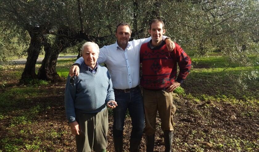 <p>Michiel Drijver met boer Juan Molero (links). Michiel proefde Juans olijfolie en was meteen verkocht.</p>