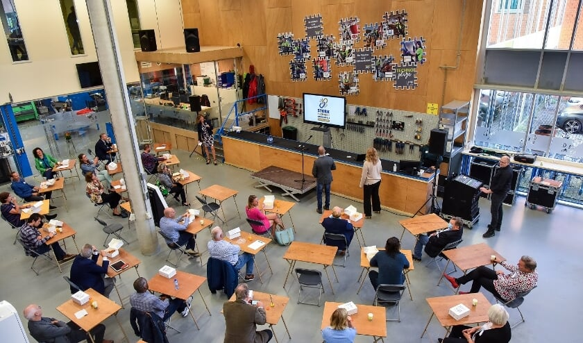Onthulling nieuw logo Sterk Techniek Onderwijs Nieuwe Waterweg Noord in het bijzijn van alle partners. (Foto: Privé)