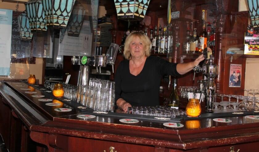 <p>Diini van der Wilt van Caf&eacute; Gouwezicht hoopt dat het publiek haar kroeg wat vroeger op de avond weet te vinden. FOTO: Morvenna Goudkade</p>