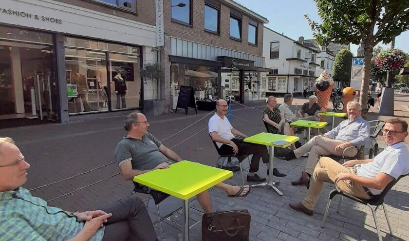 <p>Een aantal Hervormde en Gereformeerde predikanten op terras in centrum Ermelo.&nbsp;</p>