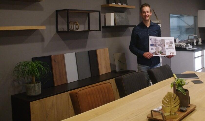 Hugo showt trots zijn showroom met handgemaakt meubilair, diverse stalen en boeken vol inspiratie en ideeën.
