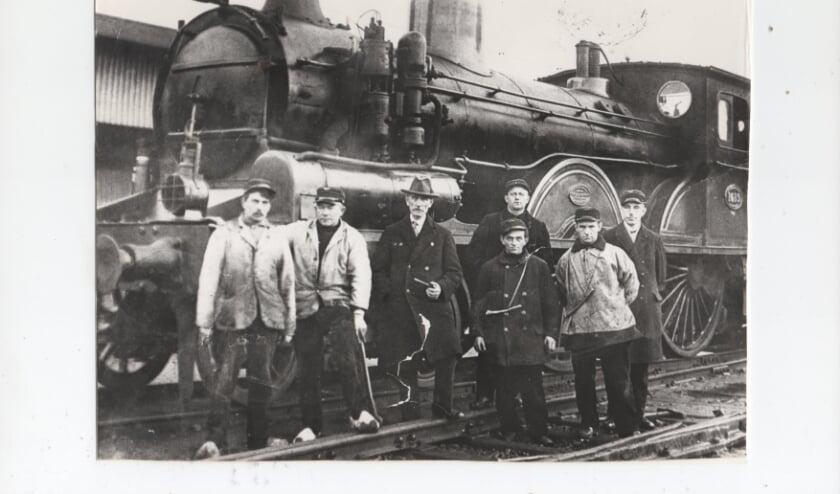 De vader van Henk van der Beek werkte 45 jaar bij de spoorwegen. Hij staat derde van rechts (vooraan) op de foto.