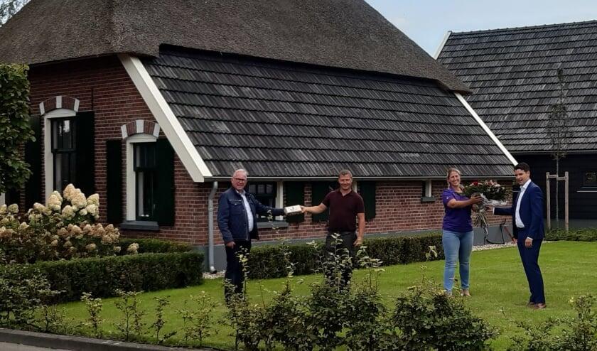 <p>Foto van de uitreiking Erfgoedpluim Rijssen-Holten aan de familie Te Beest voor de gerestaureerde boerderij.</p>