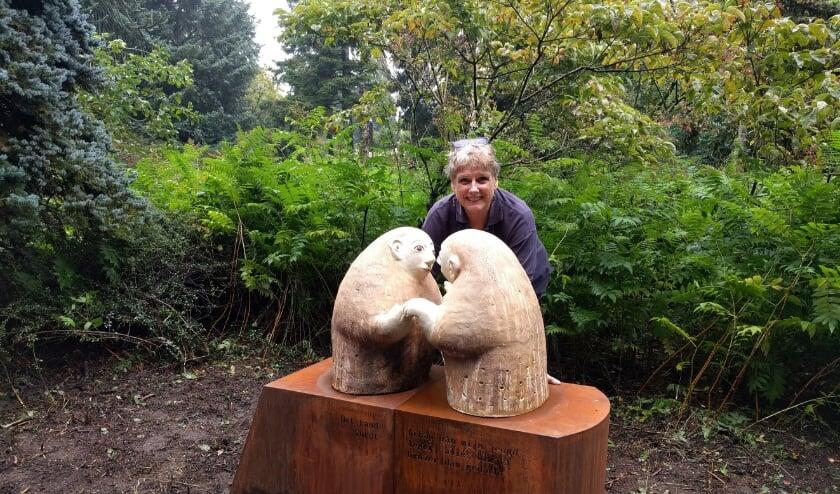 <p>Adriana Nichting bij haar kunstwerk in het Arboretum.</p>