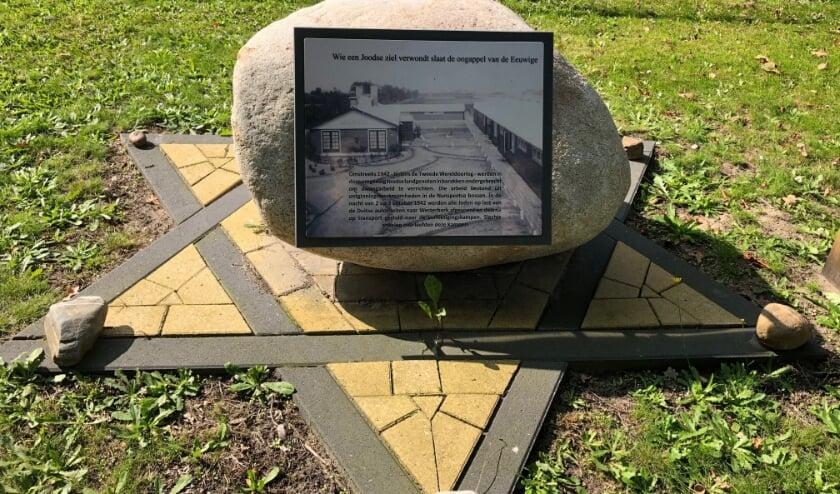 <p>De gedenksteen De Bruine Enk die drie jaar geleden werd onthuld. (Foto: Lettie ten Brinke)</p>