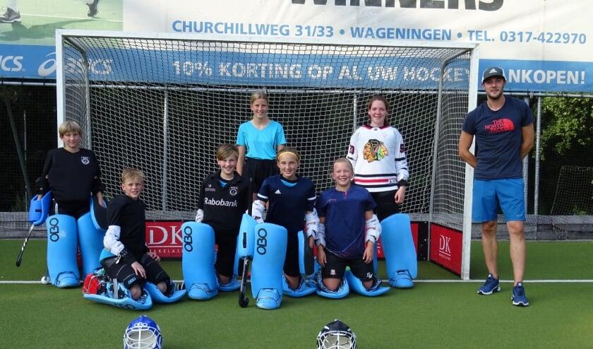 <p>De jeugdkeepers van MHCO worden door de nieuwe keeperstrainer Peter van Emst (rechts) de fijne kneepjes van &#39;het vak&#39; bijgebracht.</p>