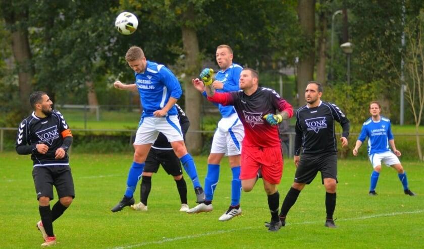<p>RVW won het competitieduel tegen Arnhemia met 2-0. In Heelsum opende Ivo Klomp met een fraaie kopbal de score.</p>