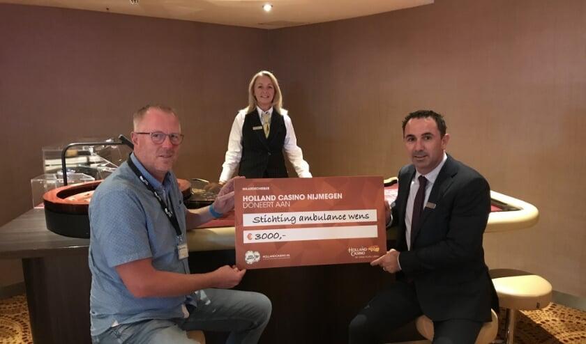 <p>casinomanager Arno Bongers (rechts) overhandigt een cheque ter waarde van 3000 euro aan oprichter en directeur Kees Veldboer van Stichting Ambulance Wens </p>