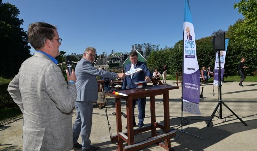 <p>Peter Drenth, gedeputeerde en Ulrich Francken, voorzitter van Euregio Rijn-Waal geven het offici&euml;le startschot. (foto: Jan Adelaar Fotografie)</p><p><br></p>
