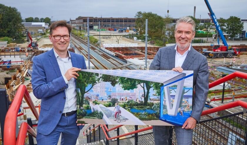 <p>Wethouder Stephan Brandligt (gemeente Delft) en Patrick Joosen (directeur BPD) tonen een sfeerimpressie voor het stationsgebied Delft Campus van de toekomst</p>