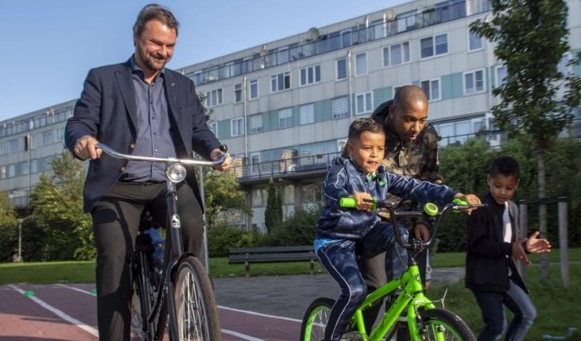 De wethouder met wat kinderen. (Foto: Jan van der Ploeg)