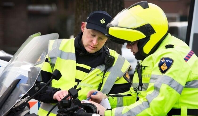 Politie controleert motorrijders bij Oude Maas.
