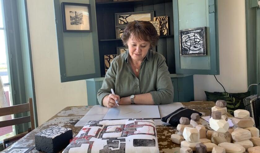 <p>Inge in Hout: &quot;Waar veel kunstenaars veelal beginnen met een schets werk ik voornamelijk in mijn hoofd.&quot; (</p>