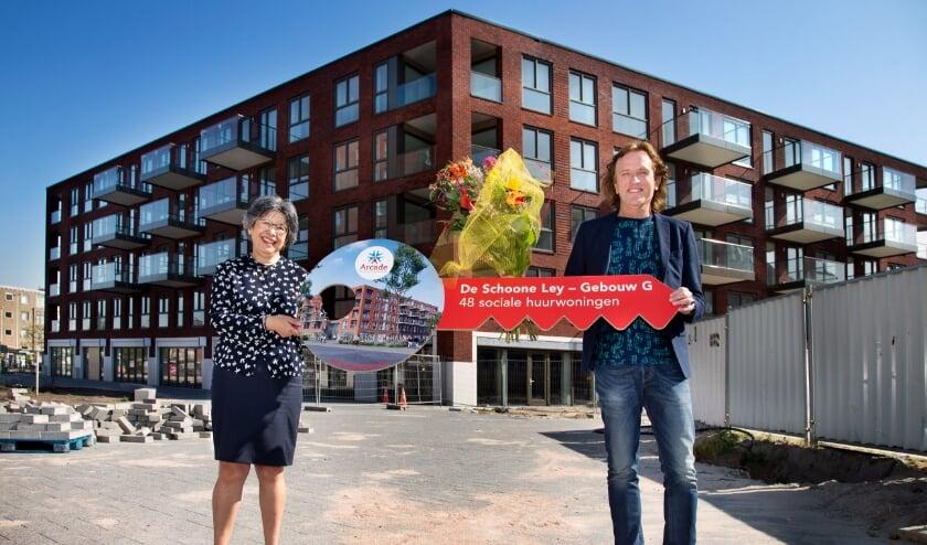 <p>De eerste sleutel van De Schoone Ley werd door Ren&eacute; Lemson, directeur-bestuurder bij woningcorporatie Arcade (rechts ) uitgereikt aan Tilly de Jongh. &nbsp;</p>