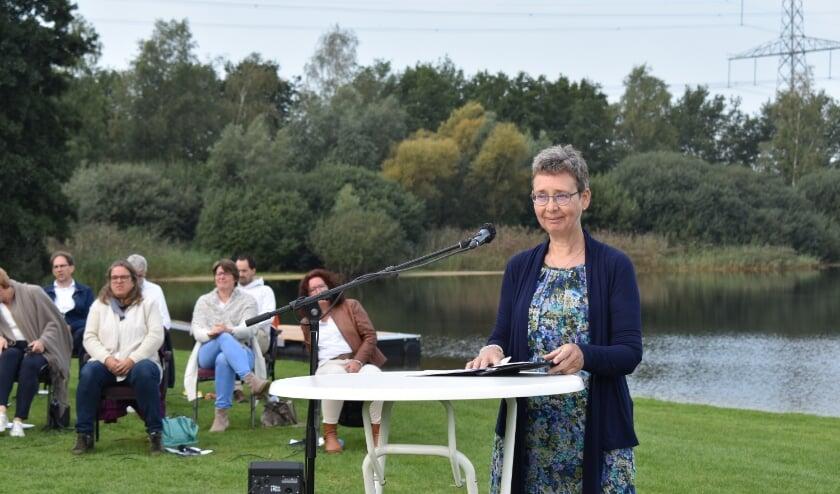 Ds. Lisette van Buuren bij de kerkdienst op Het Lageveld. (Foto: Van Gaalen Media)