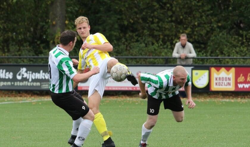 <p>Lars Hendrixen (GWVV) in duel tussen 2 KSV spelers.</p>