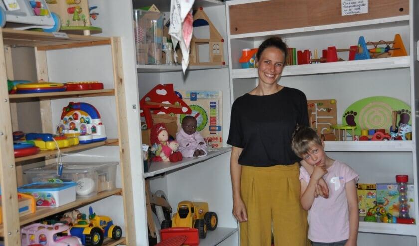 <p>Janne, vrijwilliger bij Speelotheek De Bilt, met zoon Bram bij het speelgoed voor de kleinste kinderen. Foto: Julie Houben</p>