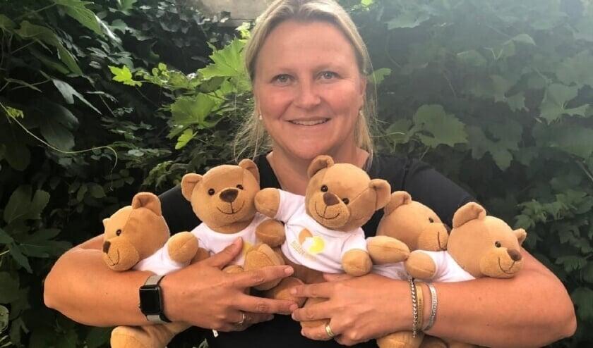 <p>Femke met enkele Buddyberen. Het idee erachter is dat de knuffel namens het kind mee naar het ziekenhuis gaat. Foto: Maarten Wessels</p>