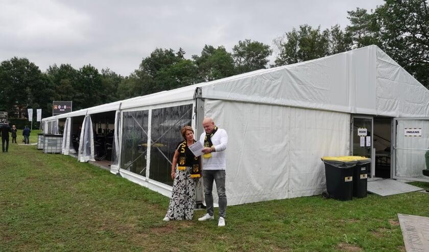 <p>Voorzitter businessclub Ton Roskam neemt met secretaris Tineke Weeren een vluchtplan door voor de opgezette sponsortent. (foto: Theo Aalten)</p>